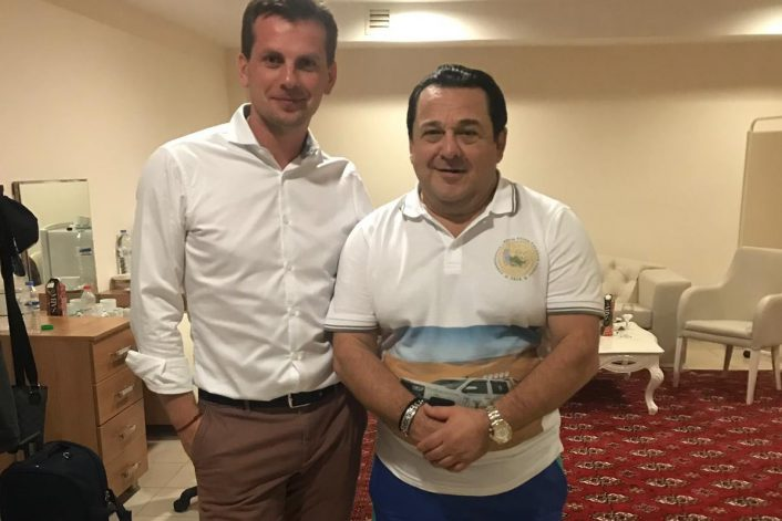 Игорь Саруханов с концертным агентом в Туркменистане перед выступлением