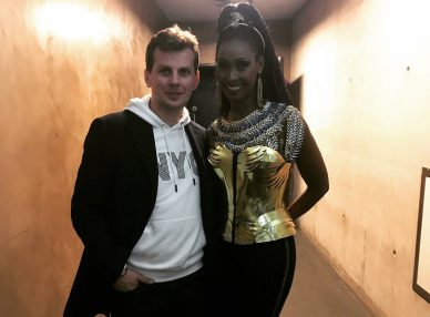 Певица Corona с букинг-агентом BnMusic перед выступлением на концерте в Глазго